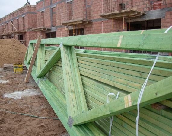 Zaczynamy montaż dachów w domach typu 100